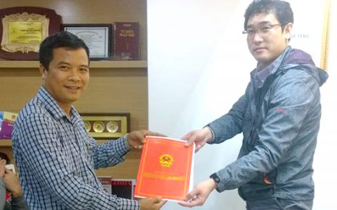 Hand-over-the-Investment-certificate-to-a-Korean-investor-1